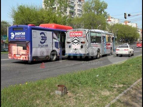 Водители двух рейсовых автобусов столкнулись в Хабаровске. Mestoprotv