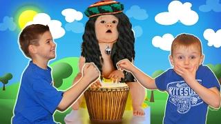 Играем в СИМУЛЯТОР МАЛЕНЬКОГО РЕБЕНКА малыша напугали приведеньем развлечения от  Клубника Геймс