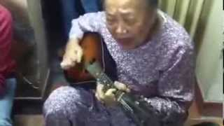 Cụ bà đệm hát Cô gái mở đường guitar