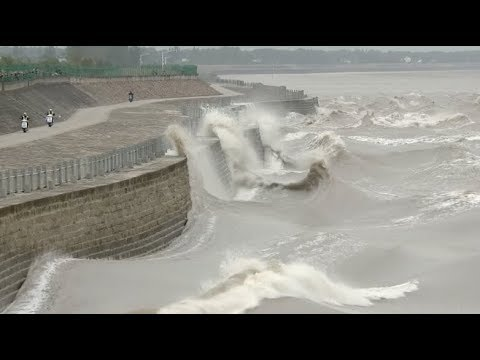 Gorgeous Tidal Bore in China's Qiantang River Adds to Mid-autumn Festivity