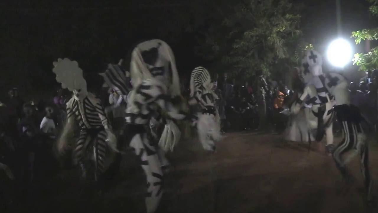site autorisé grandes variétés remise chaude Danse des Masques Blancs de Bondoukuy (Ouaga 2014)