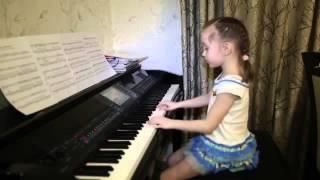 Девочка круто играет на фортепиано и поёт песню.