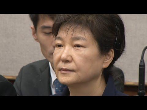 [경향신문] 공범 최순실에 눈길조차 안 준 박근혜…최씨 한때 울먹