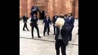 Мигран Арутюнян бросает подвязку невесты / Армянская свадьба в Москве 2017