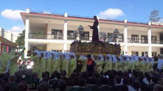 Procesión Gamarra 2017. Trono del Cristo por la zona infantil acotada.