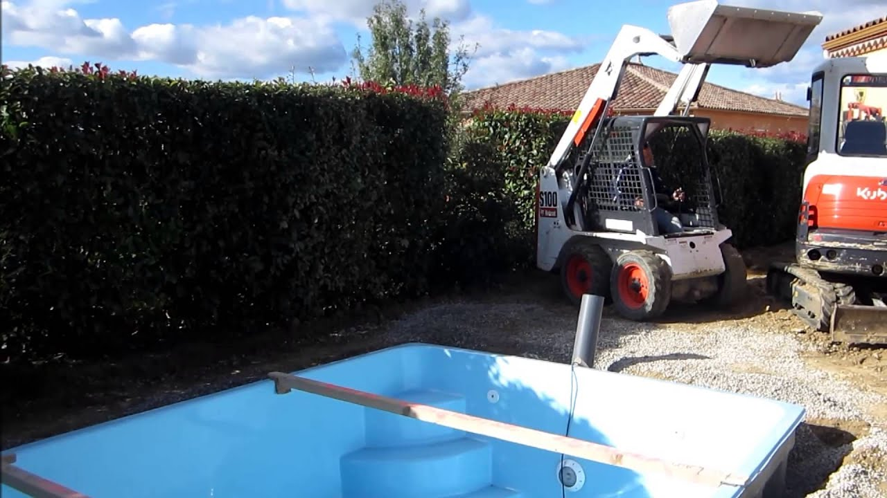 Installation piscine en coque art piscine youtube for Coque piscine 2x3