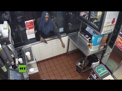Ladrón frustrado es vencido por la caja registradora
