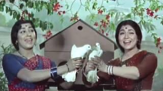 Humre Aangan Bagiya Lata, Usha, Asha Bhosle, Teen Bahuraniyan Song