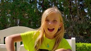 Alicia y hermana juegan a las escondidas