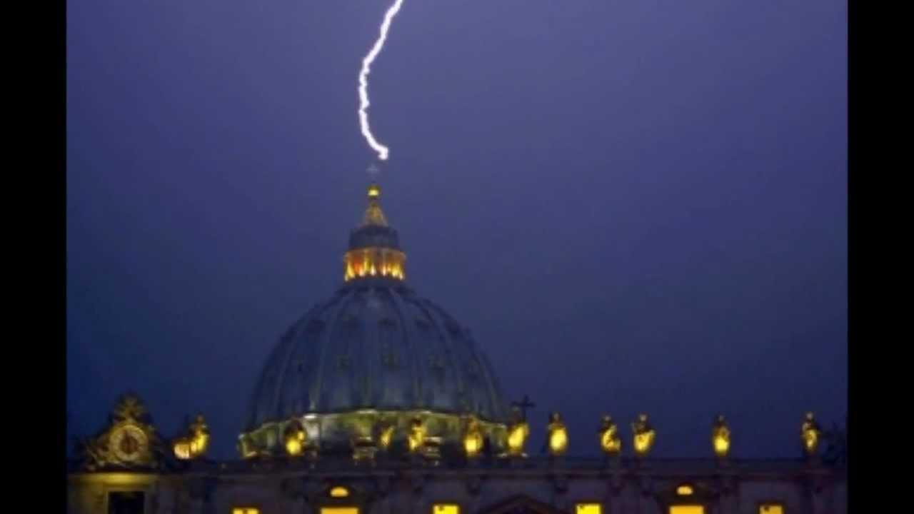 Il Papa si dimette, un fulmine colpisce la cupola di San Pietro. Ecco il video.