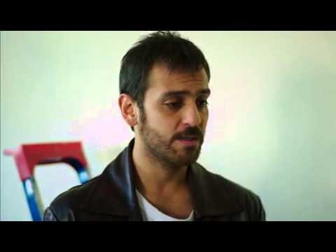 Ulan İstanbul Karlos'un Yaren'i öpme çabası