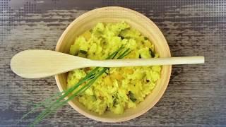Иностранцы пробуют блюда китайской кухни: грибы с капустой