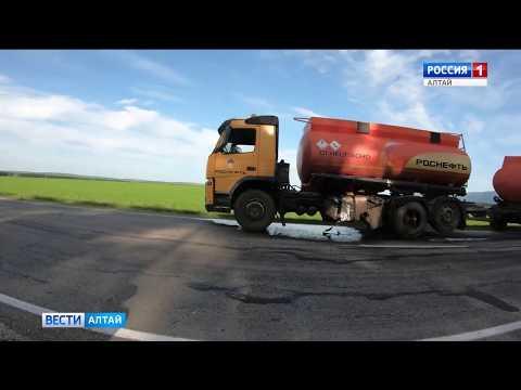 Бензовоз и кроссовер столкнулись на трассе Бийск - Белокуриха