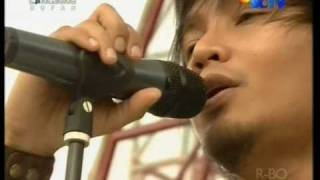 "Zivilia ""Setia"",performed at HIP HIP HURA (24/04)(Courtesy SCTV)"