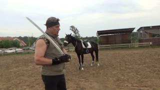Обучение верховой езде с оружием в руках