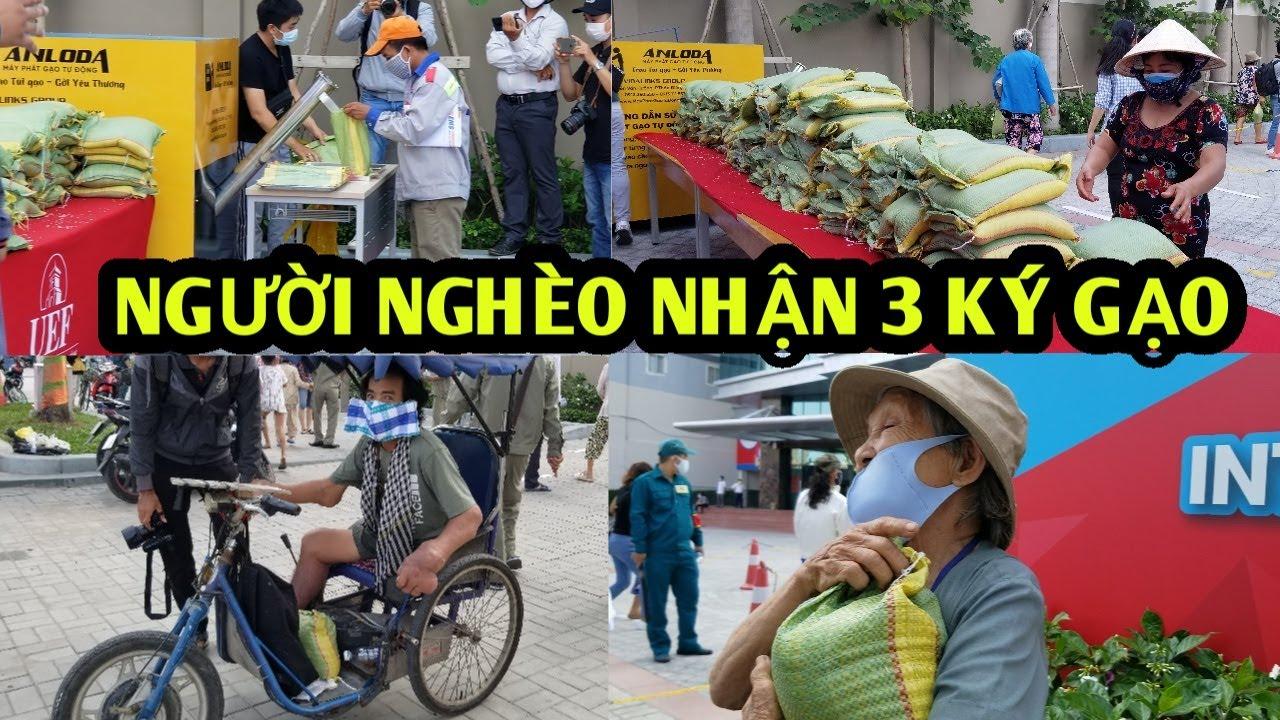 Người nghèo được tặng 3 ký gạo ở Sài Gòn