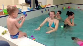Занятие у малышей-Обучение плаванию в бассейне в Минске для детей (Курсы,Секция,занятия)