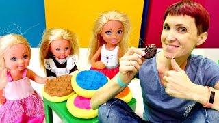 Маша Капуки и Челси готовят печенье Плей До для кукол.