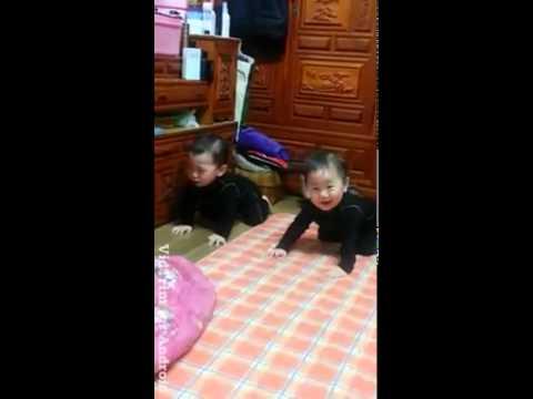 통성기도하는 쌍둥이 아가들