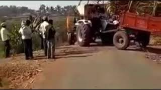 उस वाहतूक करनारा ट्रॅक्टर पलटी