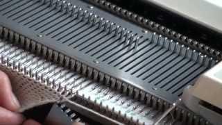 Уроки и секреты машинного вязания. Как вязать двойную спортивную шапку «Петушок». Урок 1(Все секреты машинного вязания и подробные уроки по обучению машинному вязанию на сайте http://sovetmara.ru/ -
