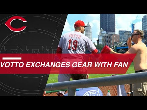 Votto swaps a jersey for a fan's shirt in Pittsburgh