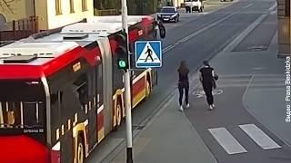 Школьница в шутку толкнула подругу под автобус | InfoResist