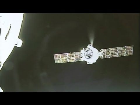 Shenzhou-11 Departs Tiangong-2 Space Station, Lands Safely