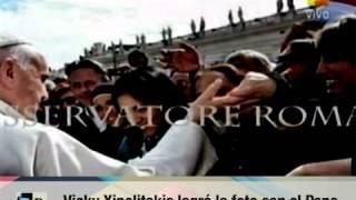Vicky Xipolitakis foto con el Papa y error de Tomas Dente 30 09