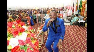 Wimbo wa Mataifa Yote Njooni Tumsifu BWANA na Emanuele wakonga watu kanisani