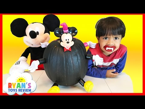 Видео: Disney Mickey Mouse and Minnie Mouse Halloween Pumpkin Surprise Toys in Slime Kinder Surprise Egg