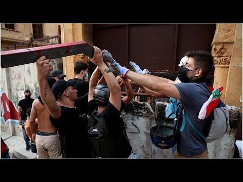شاهد: اشتباكاتٌ عنيفة بين محتجين وبين عناصر الأمن اللبناني وسط بيروت…