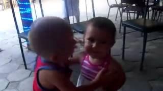 Поцелуй маленьких детей.