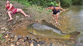 Survival skills Primitive: Meet the fish-trap girl sleeping by the river - Ethnic girl fishing traps