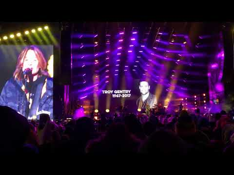Keith Urban Tribute to fallen musicians 2017 NYE Nashville