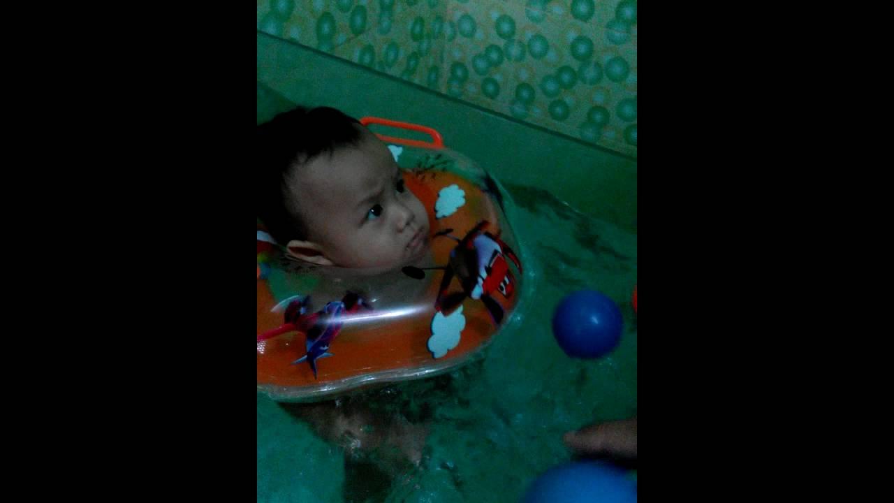 Bayi Nangis Saat Renang Di Bak Mandi Baby Spa Lucu Deh Youtube Anak