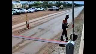В Австралии дорожного рабочего чуть не укусила ядовитая змея.  Повезло!(http://urls.by/mydear - СОЦИАЛЬНАЯ СЕТЬ ДЛЯ ВЗРОСЛЫХ В Австралии дорожного рабочего чуть не укусила ядовитая змея...., 2013-11-28T15:20:44.000Z)