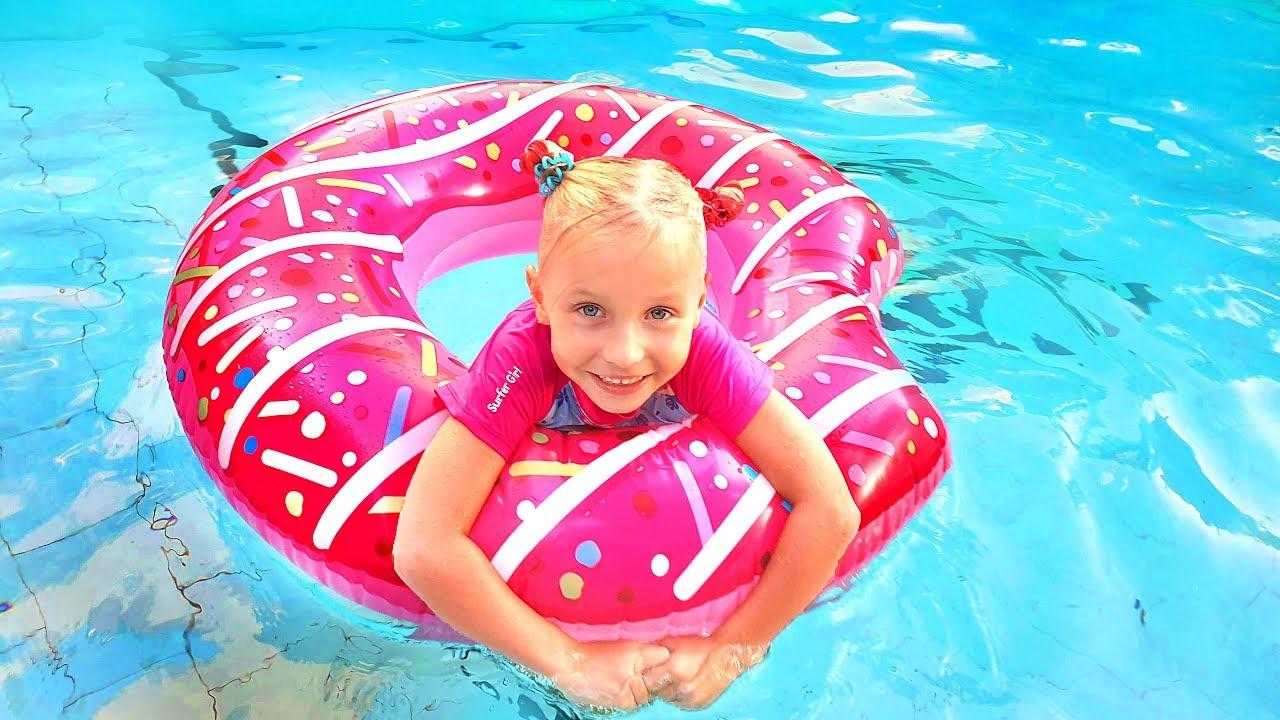 Дети и большие надувные игрушки в бассейне
