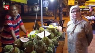 """""""Nak Kecik Ka Besaq Kak?"""" - Comel Lihat Tunku Azizah Melayan Peniaga Durian Tak Kenal Dirinya"""