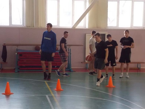 Баскетболисты «Нефтехимика» продолжают открытые уроки в школах Тобольска