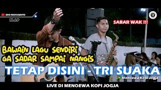 Download TETAP DISINI - TRI SUAKA (LIRIK) LIVE DI MENOEWA KOPI JOGJA