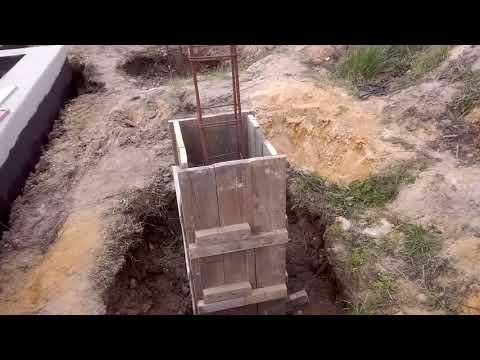 Budowa domu-zalewamy słupy.