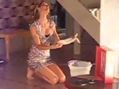 bir supermodel temizlik yaparken.Gisele Budchen temizlkte ...