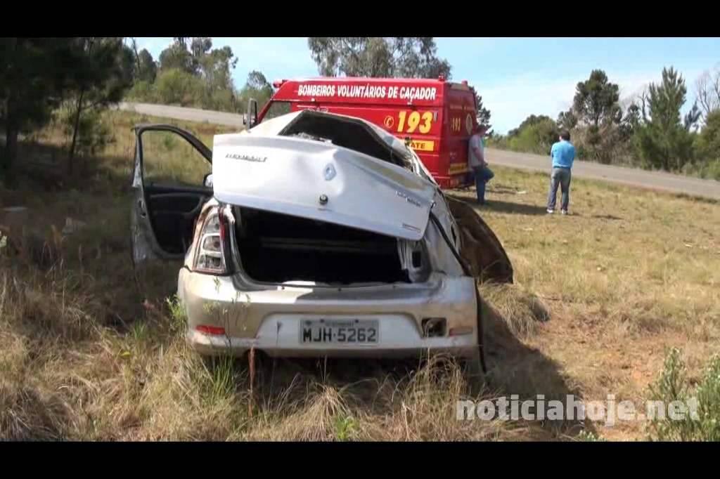 Capotamento deixa duas pessoas feridas...
