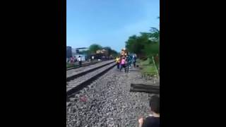 Repeat youtube video Tren embiste a maestra de la CNTE en #Michoacán