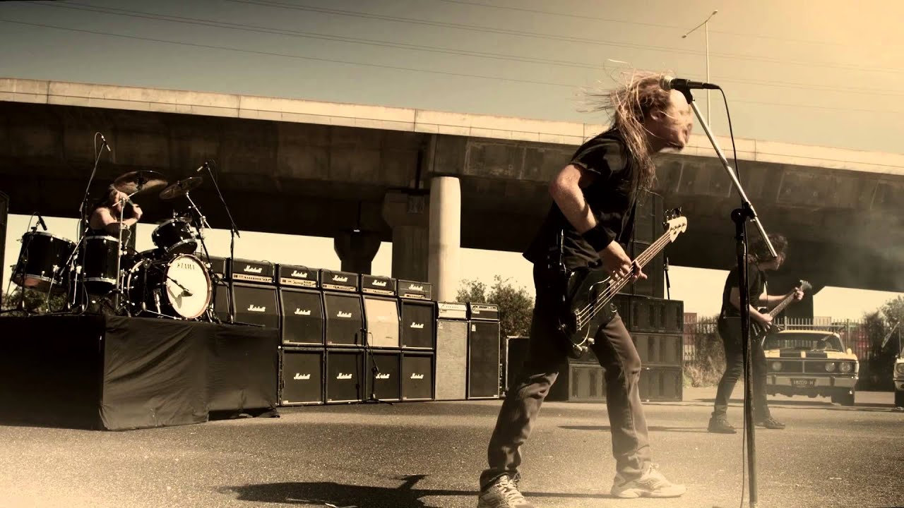 airbourne-live-it-up-official-video-roadrunnerrecords