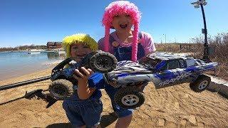 Las 2 muñecas jugando rc car off road
