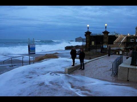 Biarritz : les vagues aux portes de l'hôtel du Palais
