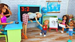 СОРЕВНОВАНИЯ В ШКОЛЕ Барби между классами . Игры в куклы Barbie - Школьный кабинет