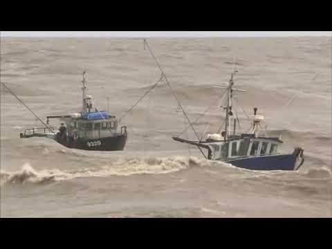 Increíble Video 2 Barcos De Pesca En Los Mares Muy Agitados Youtube